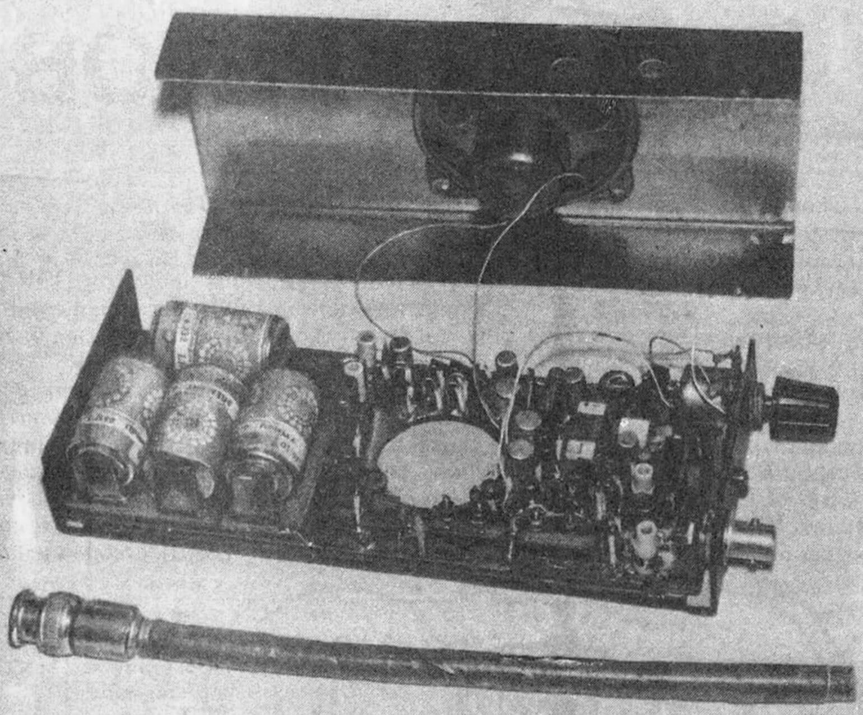 «Карманная» радиостанция с разобранным корпусом и снятой антенной