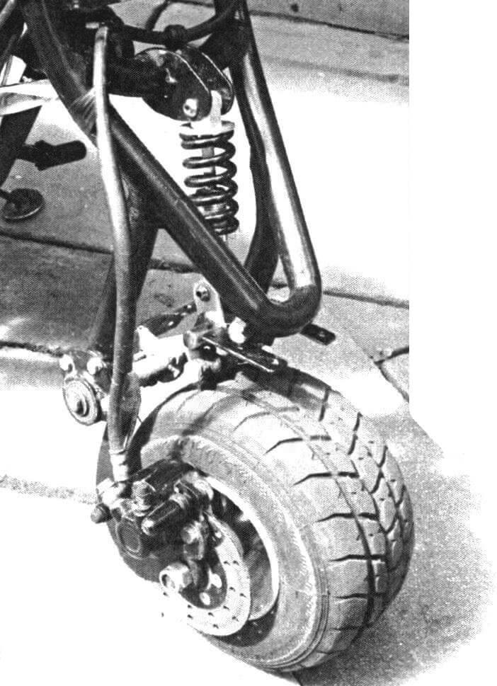 Маятник передней подвески можно сложить, чтобы мини-мотоцикл поместился в багажнике легкового автомобиля