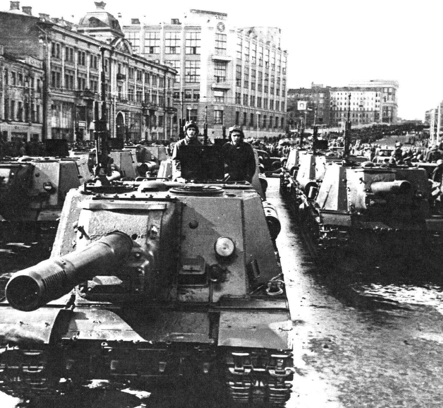 Колонна ИСУ-152 на улице Горького перед парадом в честь первого празднования Дня танкиста. Москва, 8 сентября 1946 года