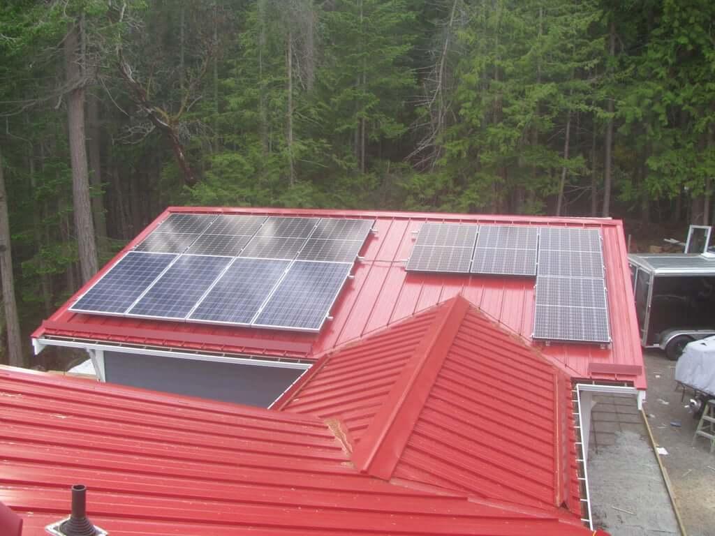 Установка солнечных панелей на крыше с микроинверторами
