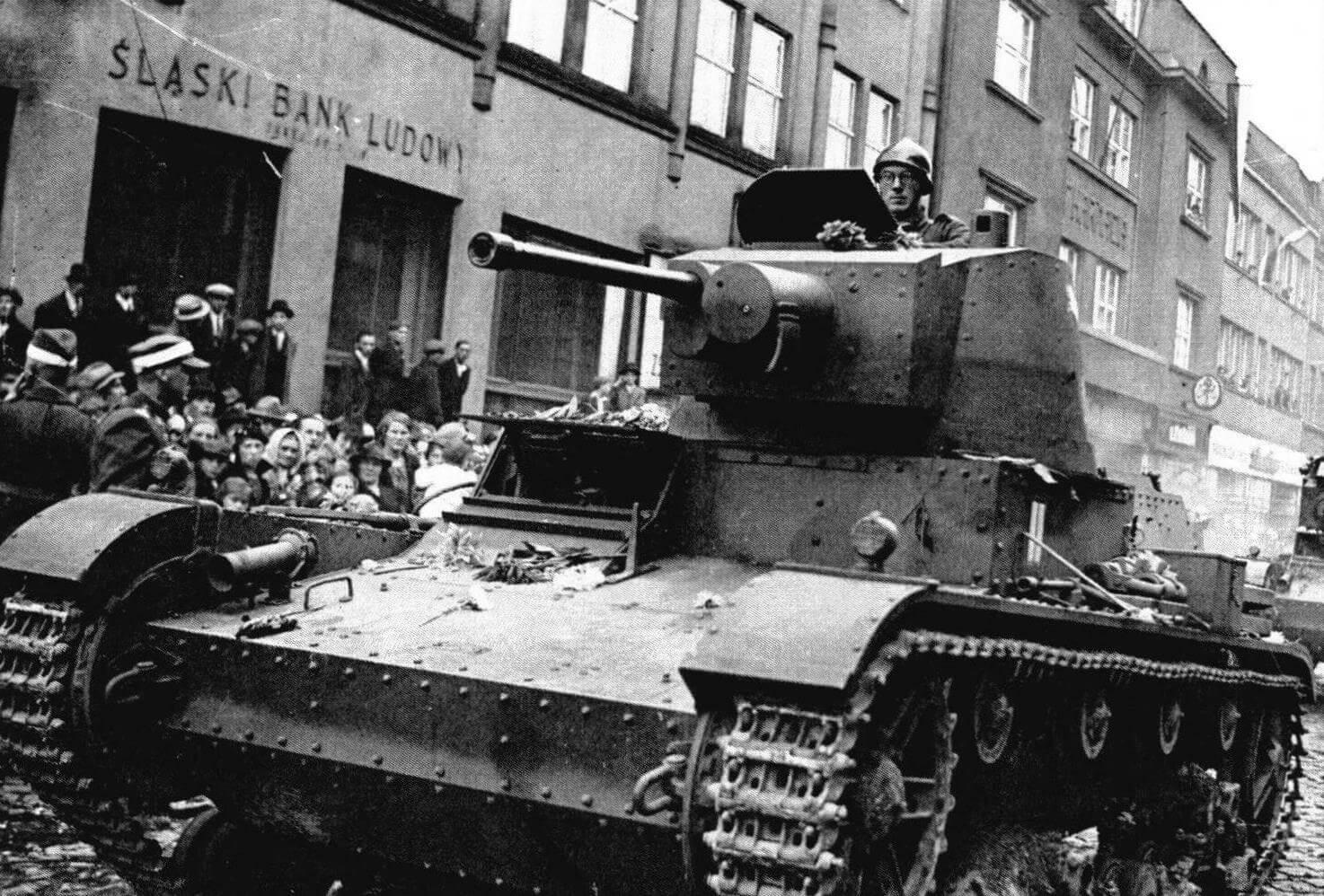 Однобашенный 7ТР на улице одного из городов Тешинской области Чехословакии. Сентябрь 1938 г. Согласованный с Германией захват части территории Чехословакии поляки считают «освобождением», точно такие же действия Красной Армии годом позже в отношении Польши, не иначе как агрессией