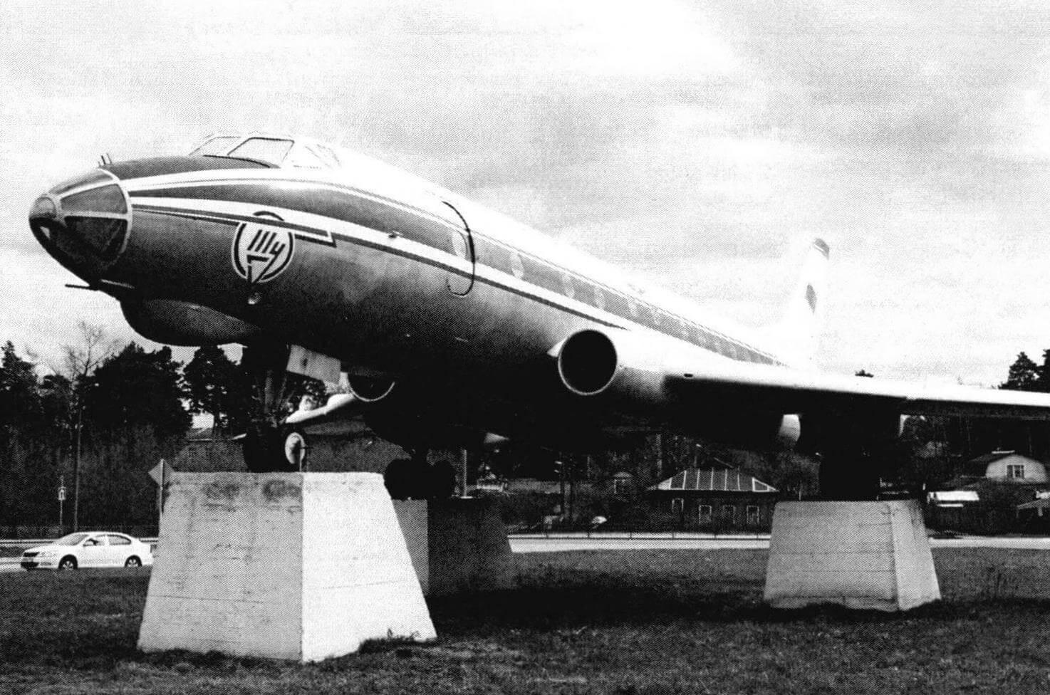 Самолет-памятник Ту-124К в городе Кимры после реставрации