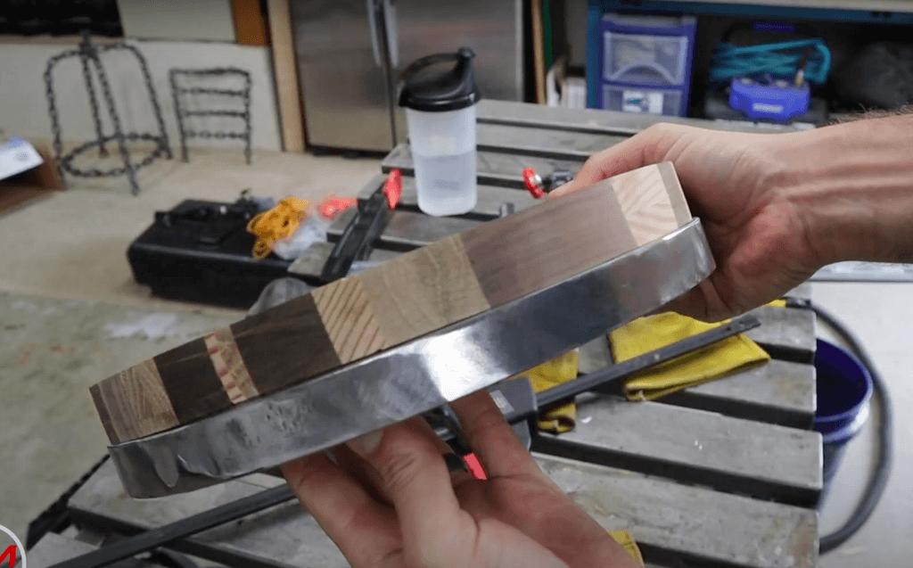 Шаг 7: Добавьте металлическую рамку вокруг сиденья