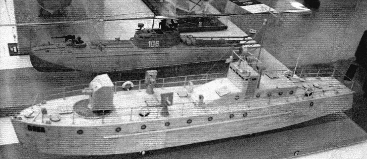 Модель посыльного судна «Пика», изготовленная Александром Поповым, заняла 1-е место в классе С-ЗВЮ (на заднем плане - модель торпедного катера типа Г-5)