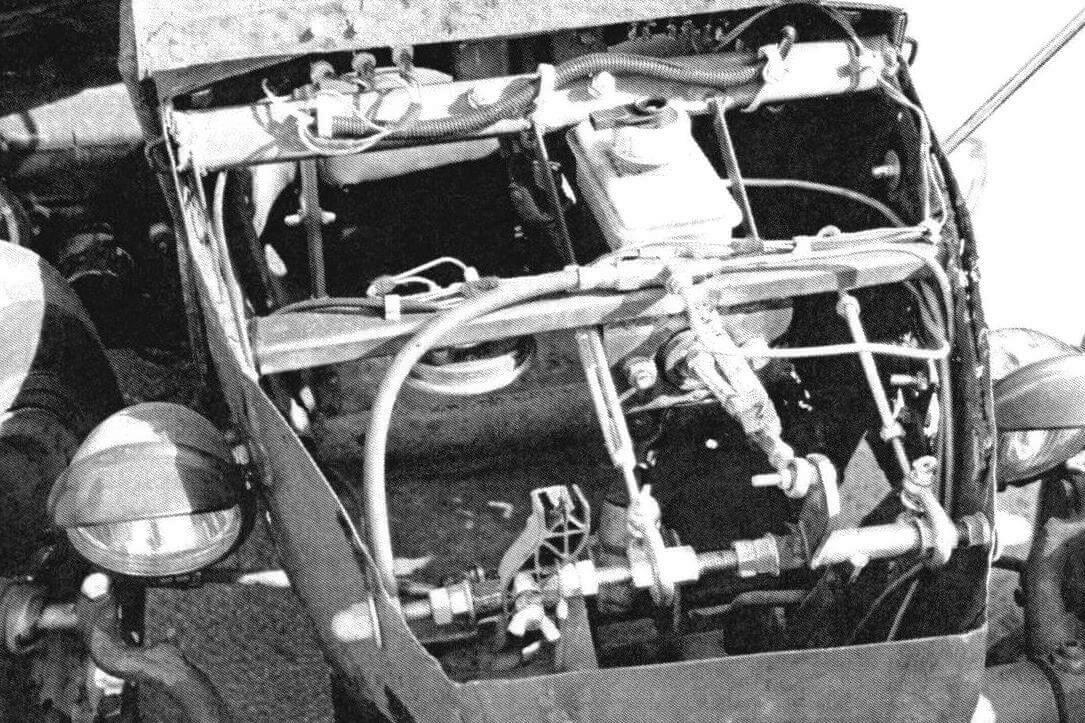 Главный тормозной цилиндр установлен в передней части машины