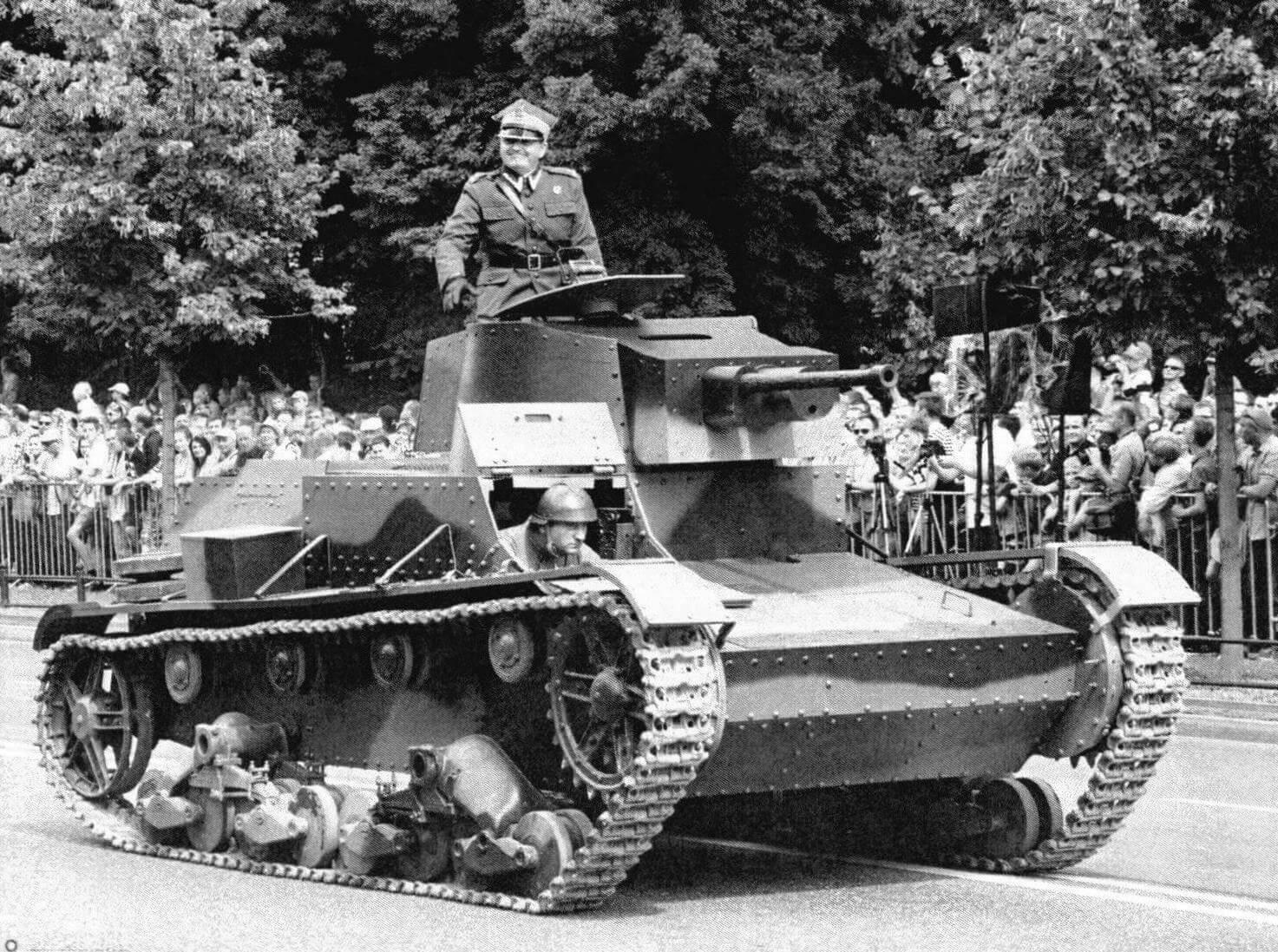 Реплика (с частичным использованием оригинальных деталей) легкого танка 7ТР на параде в Варшаве