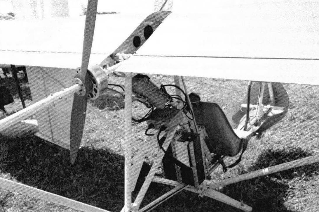 Верхняя труба фюзеляжа проходит внутри электромотора