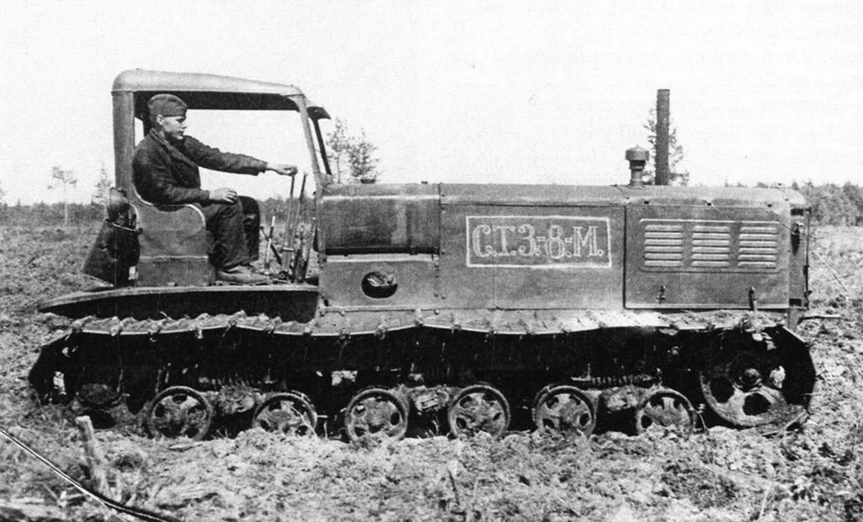 Трактор СТЗ-8М, получивший в 1940 году удлиненное на 1070 мм (относительно базовой версии) шасси с добавлением третьей каретки гусеничного хода. Такая модификация позволила существенно снизить среднее удельное давление на грунт