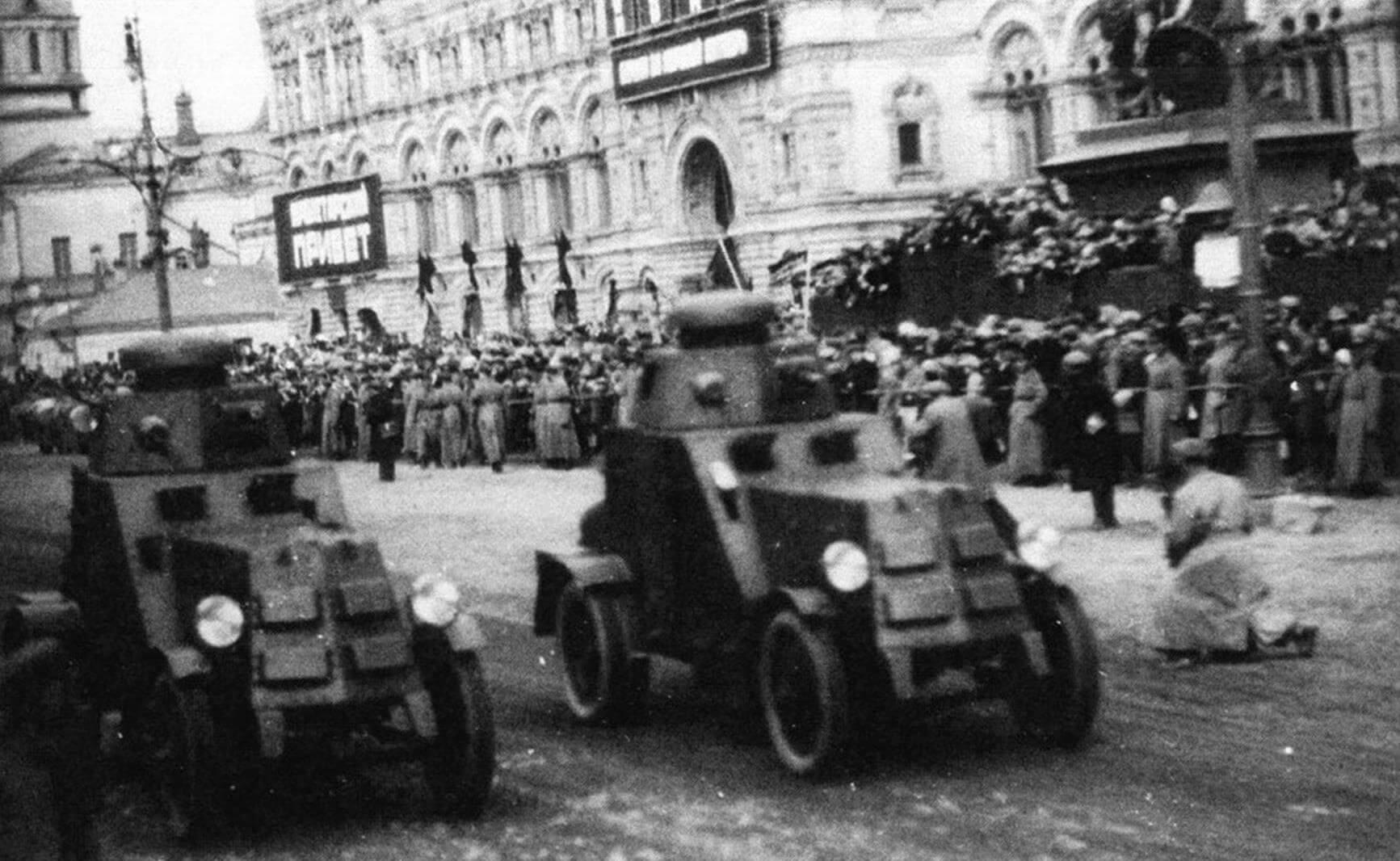 Бронеавтомобили БА-27 проходят по Красной площади. Москва, 1 мая 1930 года. На машинах установлены бронелисты защиты радиатора с карманами для доступа воздуха