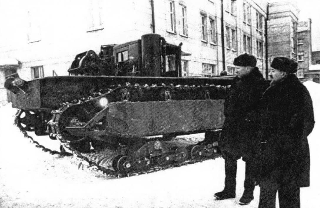 Н.С. Ветчинкин и А.Н. Медведев у плавающего трактора-амфибии ВЛ-1 (Ленинград, 1941 год)