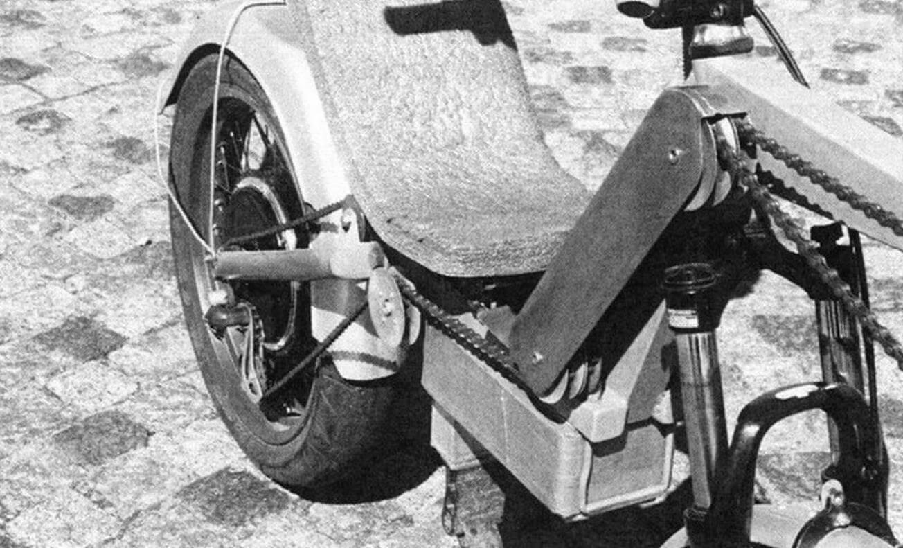 Цепной привод заднего колеса от педальной каретки, расположенной спереди, следует всем изгибам рамы