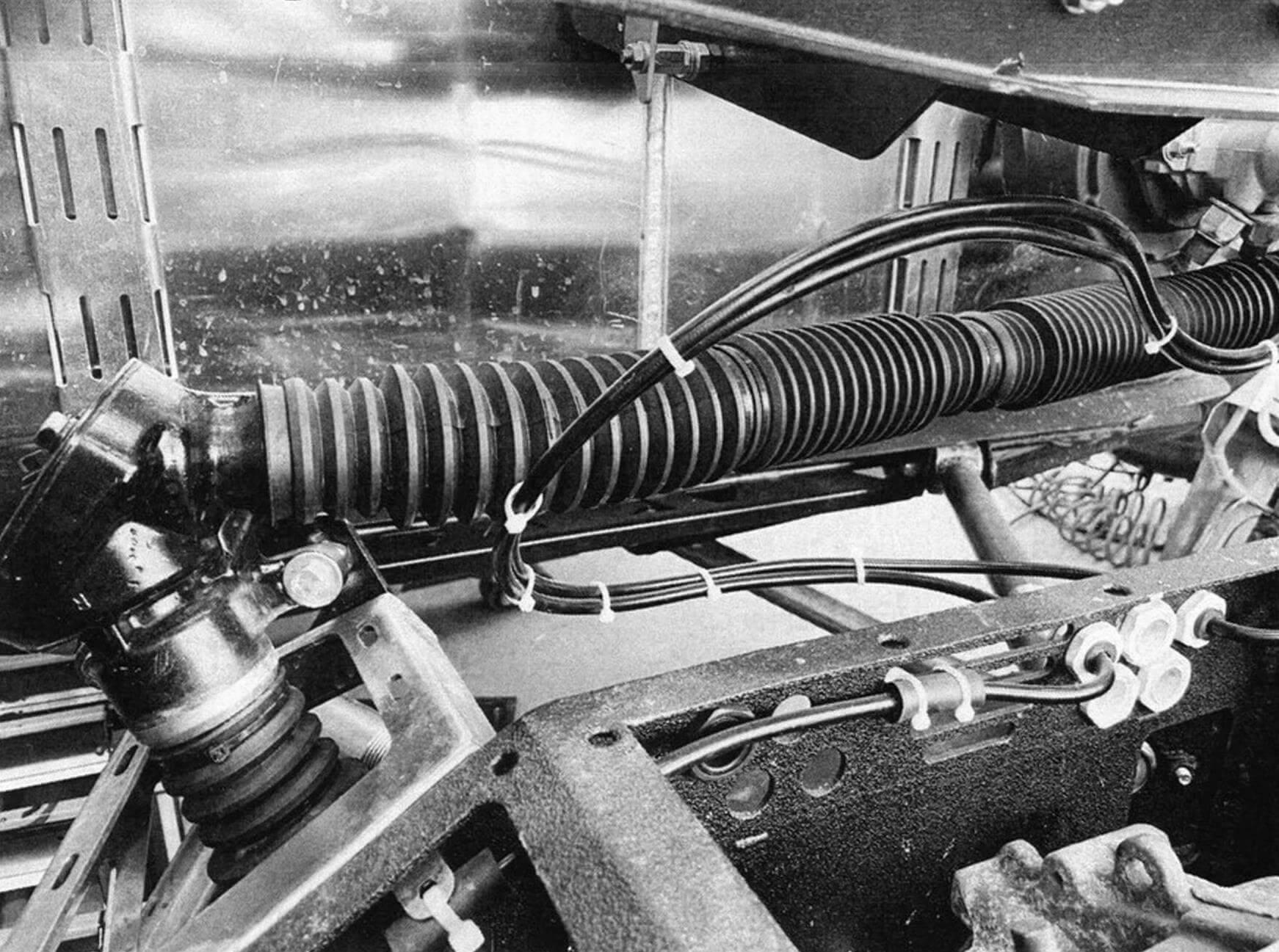 Система рулевого управления сделана по оригинальной схеме с использованием угловых редукторов и телескопического промежуточного вала с крестовинами