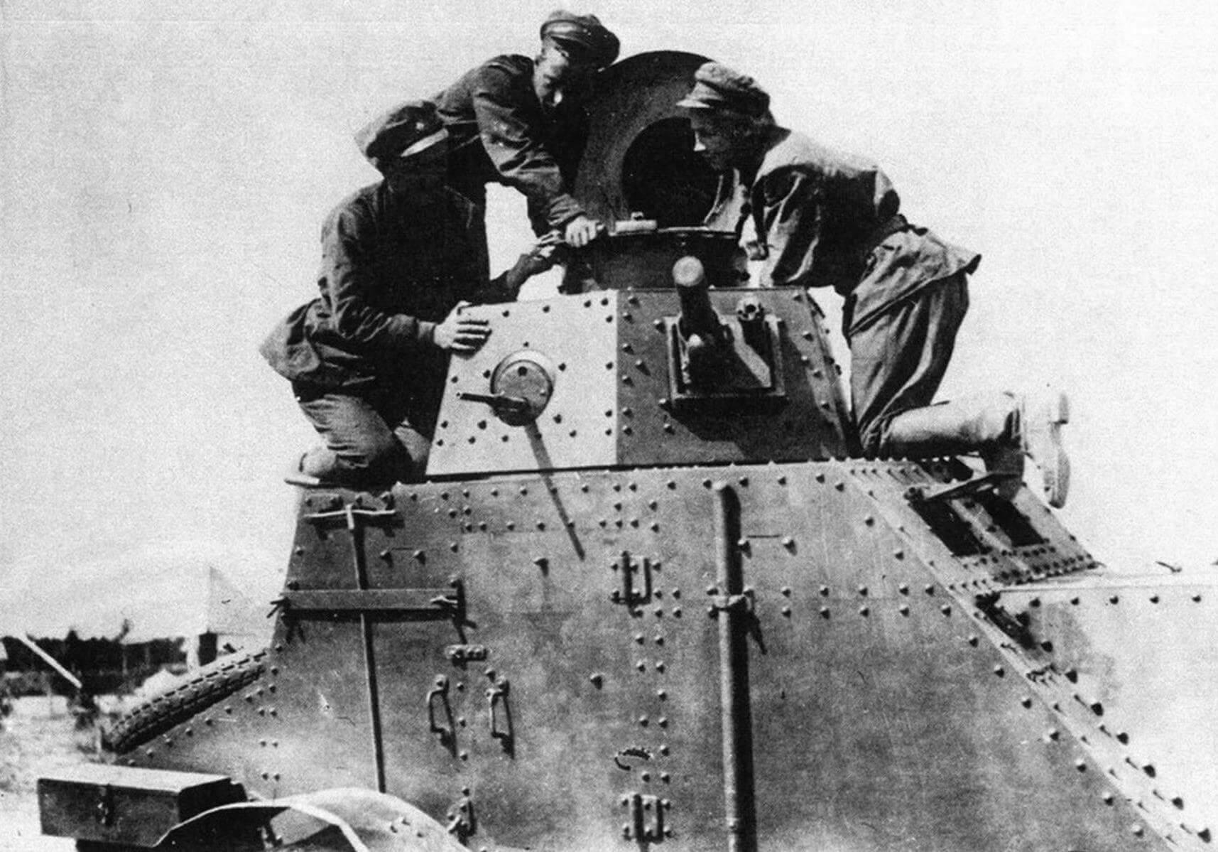 Красноармейцы осматривают бронеавтомобиль БА-27. Ленинградский военный округ, 1932 год