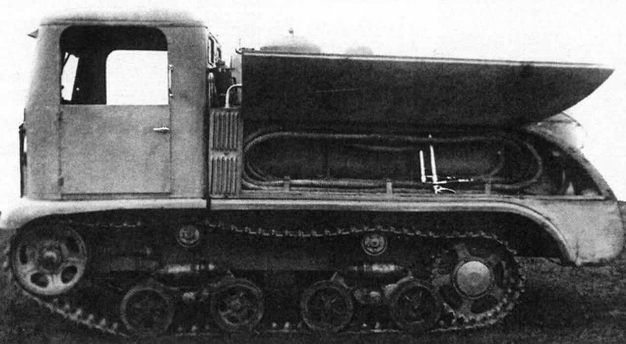 Опытный топливозаправщик СТЗ-8 в ходе испытаний на полигоне в Кубинке (1937 год). «Экзамен» он не сдал и в серию не пошел