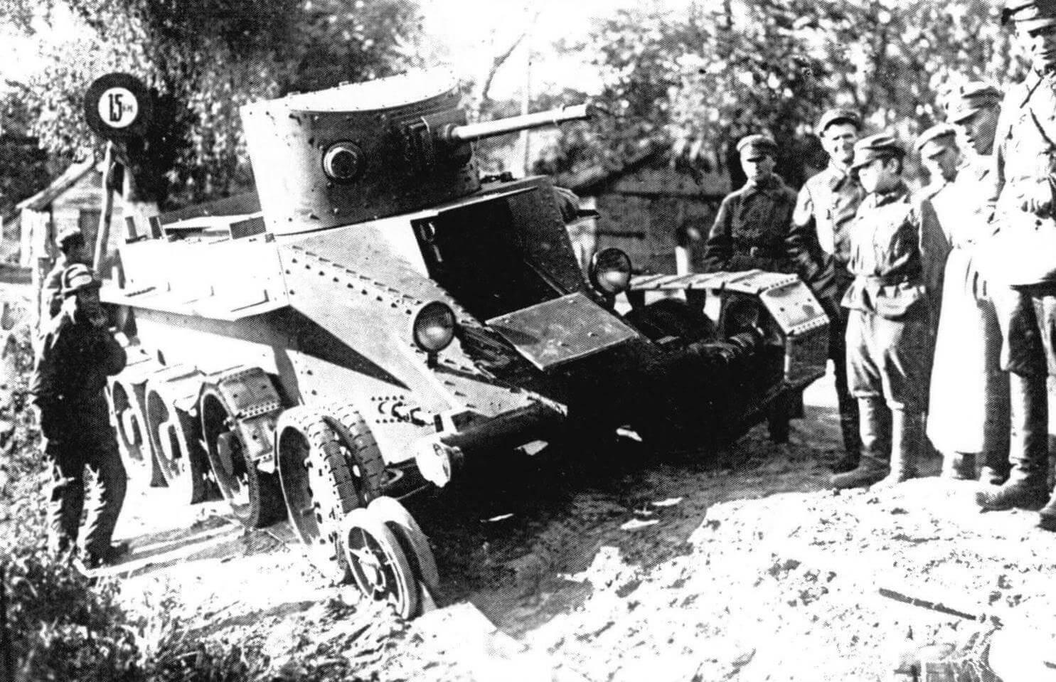 Личный состав осматривает танк БТ-2 с вышедшей из строя ходовой частью, 1935 год