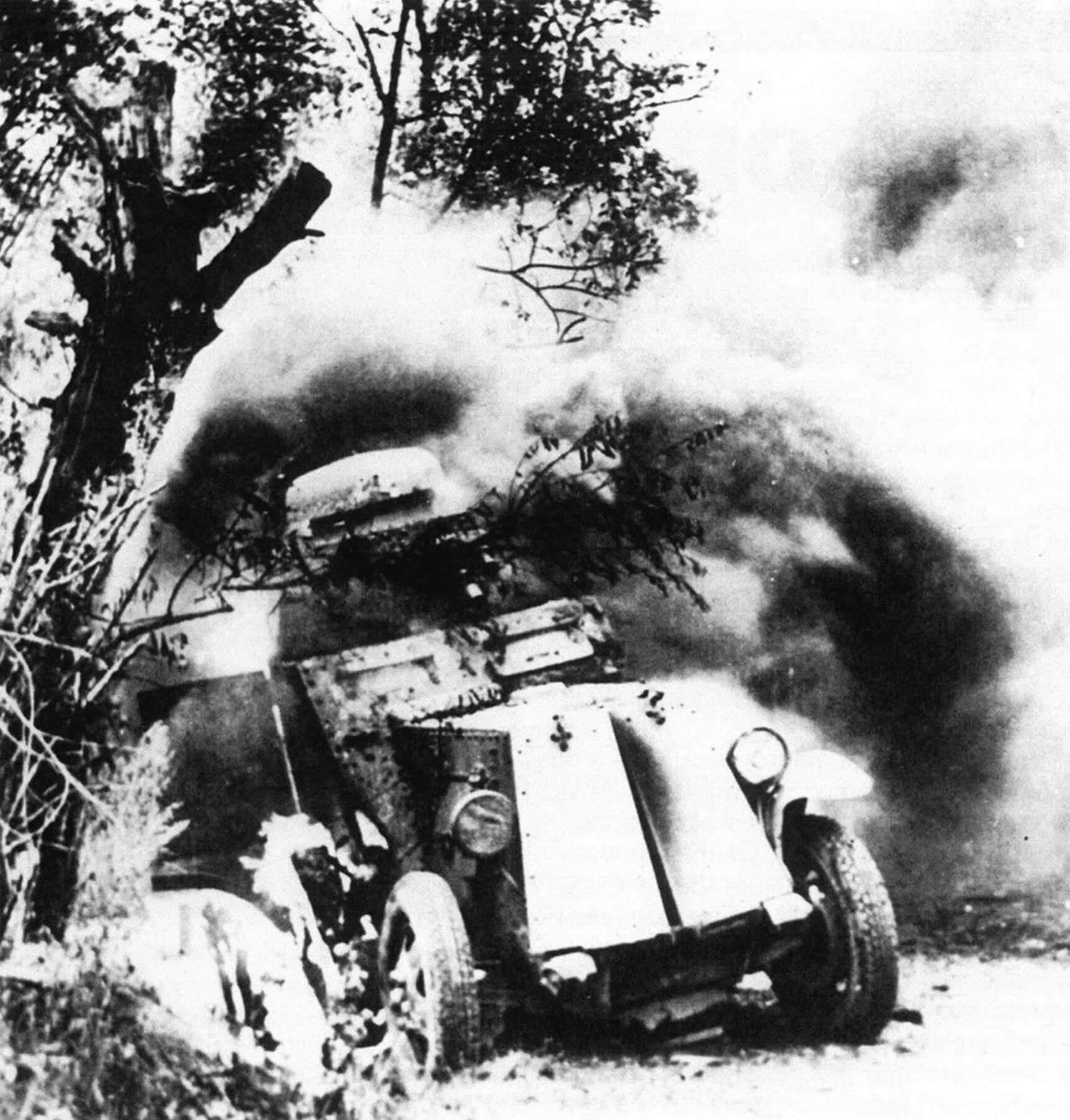 Горящий бронеавтомобиль БА-27М. Лето 1941 года