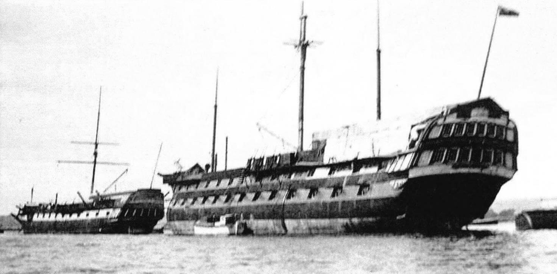 Стационарное «составное» учебное судно: «Фудроянт» (экс-«Тринкомали», слева) и «Имплекейбл». Фотография сделана в период между 1932 и 1949 годом